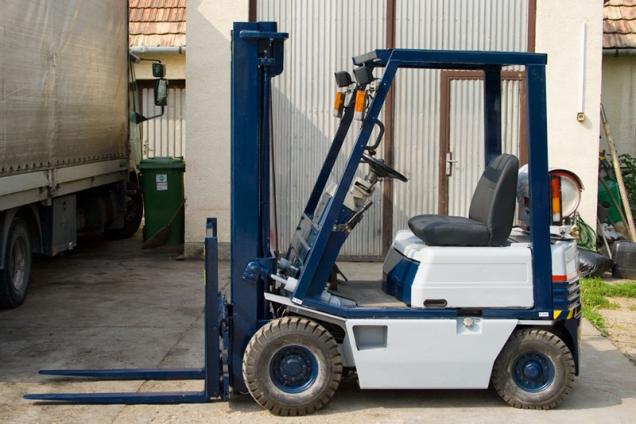 Vásárolni HASZNÁLT Targonca 2500 kg teherbírás alatt