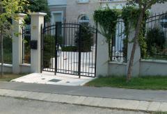Kovácsoltvas jellegű kerítés, kapu