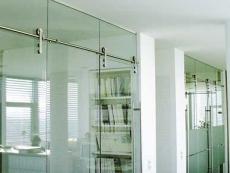 Keret nélküli edzett üvegajtók és portálok