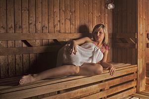 Megrendelés Szauna A finn szaunák a szaunázás klasszikus élményeit nyújtják. Működési elve: a kályhával felmelegített forró levegő hatására az emberi test verejtékezni kezd A verejtékezés hatására méreganyag távozik a szervezetből.
