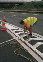 Vizesbázisú festékkel készült útburkolati jelek